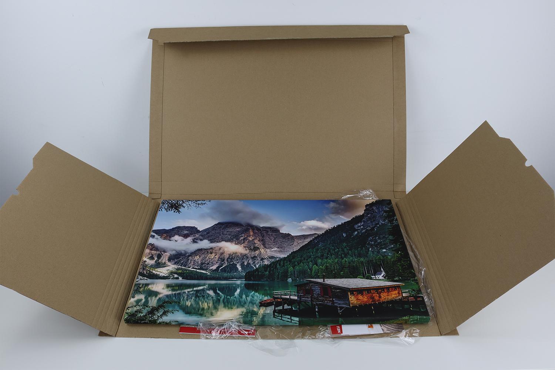 Zusätzlich zu der äußeren Pappverpackung wird die CEWE Fotoleinwand durch eine transparente Folie geschützt.