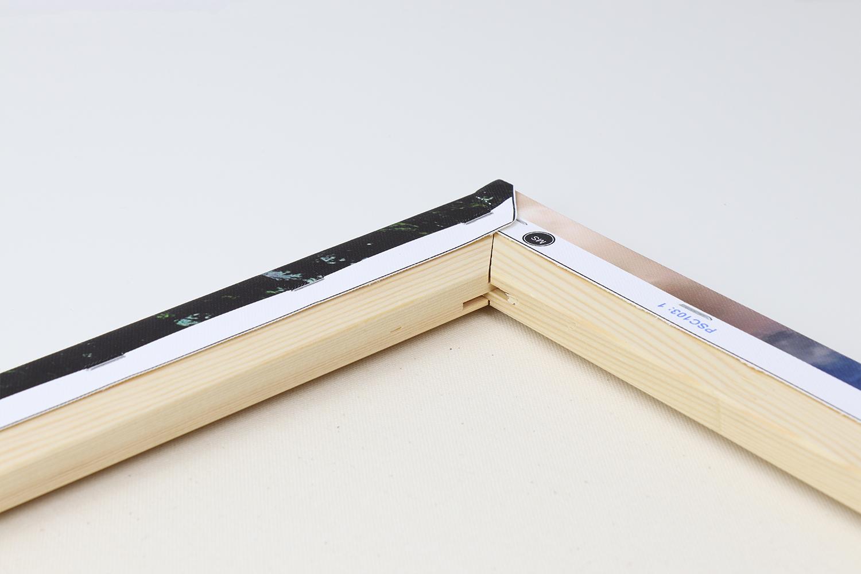 Der Keilrahmen der Pixum Fotoleinwand besteht aus stabilem Holz und ist sehr gut verarbeitet.