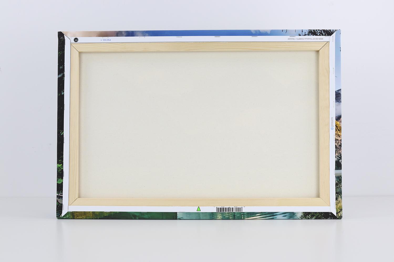 Auf der Rückseite der Fotoleinwand ist die gute Verarbeitung des Leinen zu sehen, der fest an dem Keilrahmen befestigt ist.