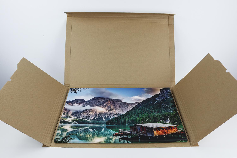 Pixum verzichtet auf eine zusätzliche Luftpolsterfolie, die durch den guten Schutz der Pappverpackung hinfällig wird.
