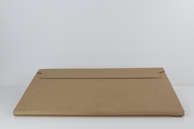 Eine Lasche auf der Rückseite der Verpackung erleichtert das Öffnen des Kartons.