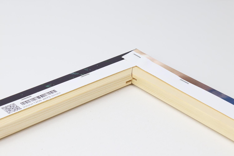 Diese sieht man auch an den Ecken des Keilrahmens und der ausgezeichneten Qualität des Holzes.