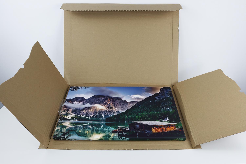 """Die Fotoleinwand wurde in einer sehr sicheren und kompakten Verpackung geliefert. Zusätzlich sorgt ein """"Fragile Art""""-Sticker für Sicherheit."""