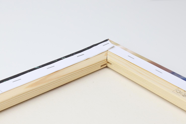 Der Keilrahmen der Fotoleinwand besteht aus stabilem Holz und ist sehr gut verarbeitet.