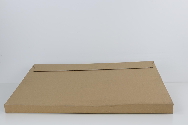 Eine Lasche auf der Rückseite sorgt für ein einfaches Öffnen der Pappverpackung.